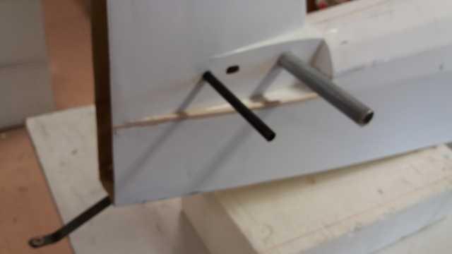Mise en place des clés et perçage des passages de fils de servos 1