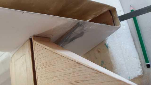 j'ai préféré couper l'extrémité du volet mobile au lieu de tailler son emplacement dans la dérive