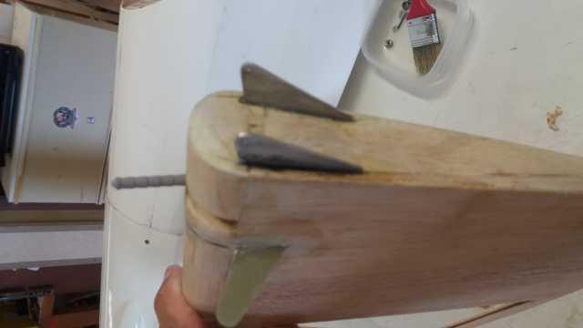 pied de volet mobilevue de dessous avec ses bras de commande de roulette de queue