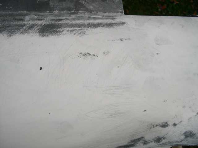 après ponçage fin de l'apprêt recouvert de peinture noire tous les défauts vont apparaitre en foncé sur fond blanc