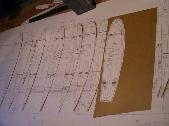 des gabarits en carton ont été découpés sur l'ancienne version de construction de l'aile ,