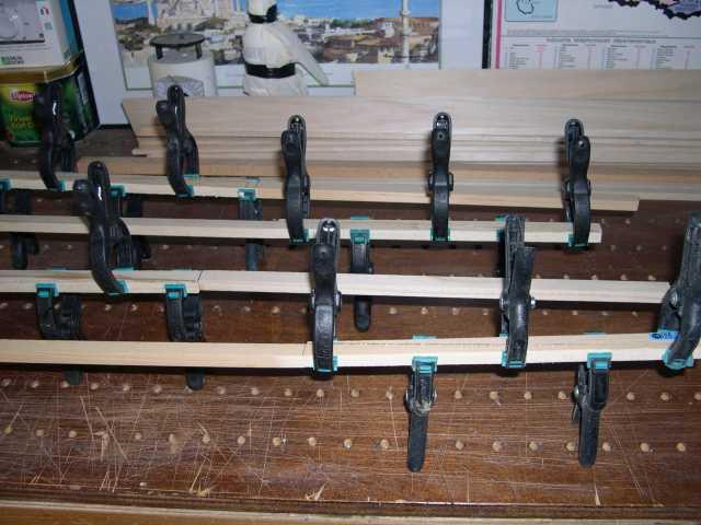 fabrication des longerons en pin découpe des pentes à la scie à ruban et collage à l'époxy